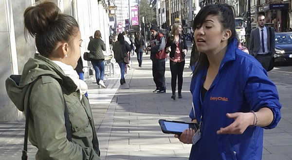 Voluntária abordando cidadã | henrybloomfield flickr.com