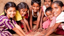 Cranças indianas sorrindo e brincando | smilesquared.com
