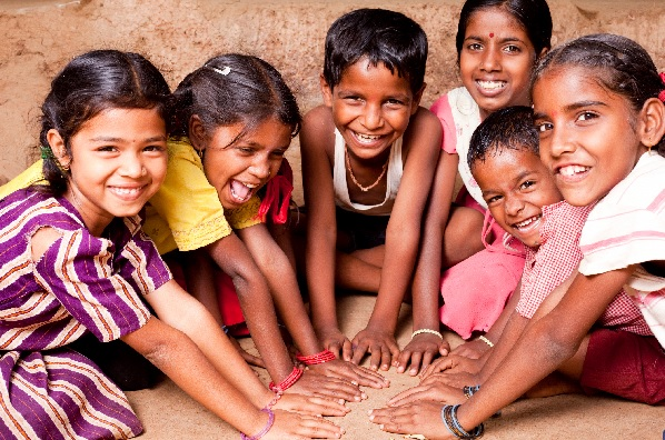 Crianças indianas sorrindo e brincando | smilesquared.com