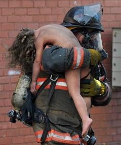 Bombeiro salvando criança, | Angelia C.