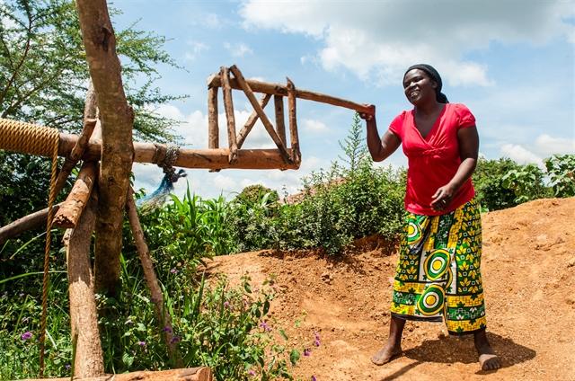Beneficiada do GiveDirectly usou sua transferência para comprar materiais para uma bomba d'agua na zona rural do Quênia. Ela criou um poço de 30 pés de profundidade que fornece água limpa para toda sua família.