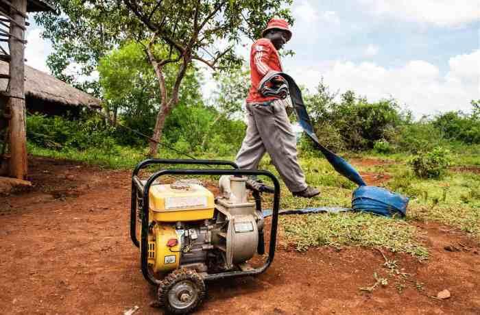 Um fazendeiro do Quênia usou o dinheiro transferido pela GiveDirectly para comprar um gerador e uma bomba d'água que usa para irrigar sua plantação.