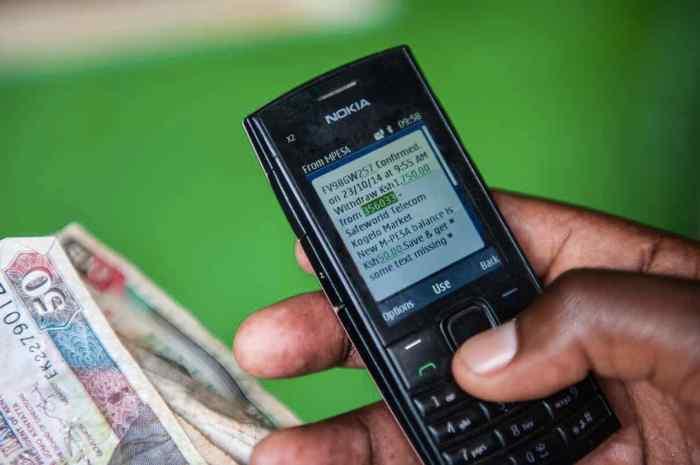 Os benerficiários da GiveDirectly usam aparelhos celulares de bom custo-benefício para receberem diretamente suas transferências de dinheiro.