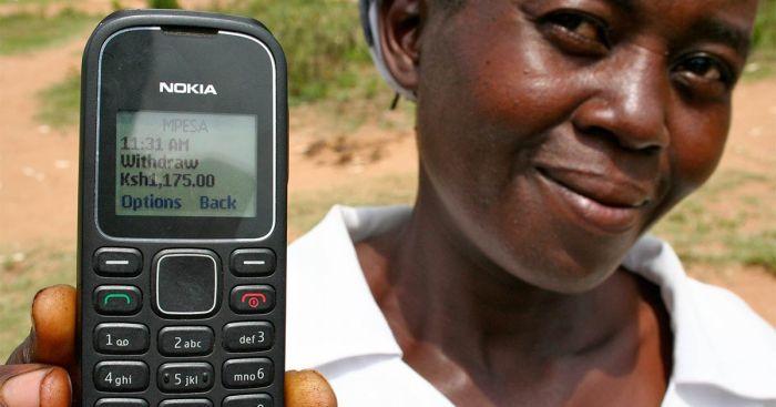 Mulher demonstrando recebimento da GiveDirectly