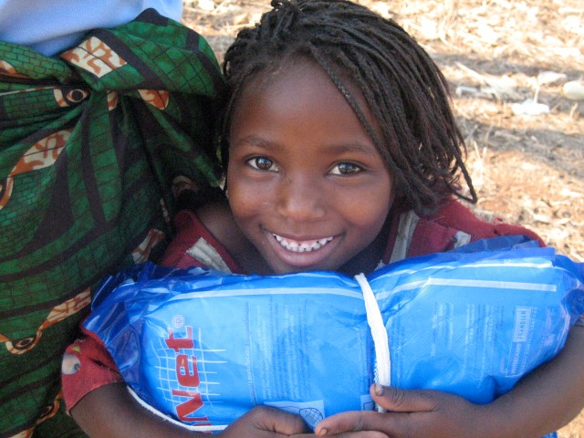 Menina recebendo rede da AMF