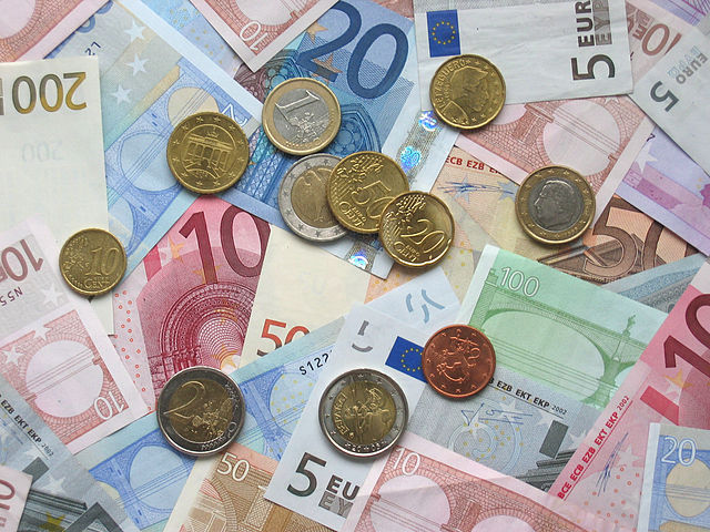 Euro_coins_and_banknotes (1)